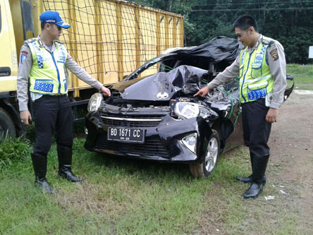 KECELAKAAN- Petugas kepolisian menunjukkan Mobil Toyota Agya yang ringsek