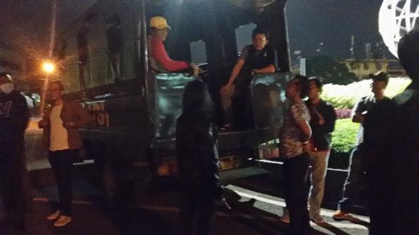 MENGAMUK- Tampak perempuan yang diduga mabuk (mengenakan jaket hitam), saat terjaring razia Polsek IT I Palembang.