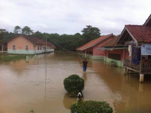 tampak luapan sungai menggenangi sekolah di Modong. (foto/Anasrul)