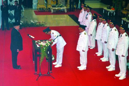 Bupati OI terpilih AW Nofiadi Mawardi saat menandatangani berita acara sumpah jabatan dihadapan Gubernur Sumsel.