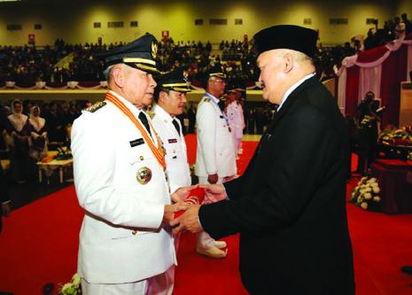 Gubernur Sumsel menyerahkan gulungan SK kepada Bupati OKU terpilih Kuryana Aziz