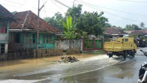 Lingkungan di kawasan RT 1 RW 1 Kelurahan Jayaloka menjadi langganan banjir setiap diguyur hujan. (foot/Fahlevi)