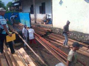 Belasan kubik kayu diduga hasil ilegal logging saat diamankan di Mapolres Empat Lawang. (foto/Fahlevi)