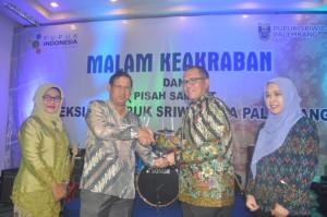 Dirut PT Pusri Palembang yang baru, Mulyono Prawiro (kiri) memberi cinderamata kepada perwakilan Direksi PT Pusri yang lama. (foto/Ferdinand)