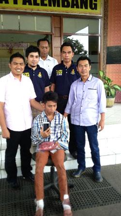 Tersangka Aldi Reldi Suryadilaga, residivis jambret saat diamankan. (Foto-sn/Deni Kurniawan)