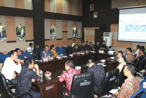 Popo Ali (Kemeja Putih) mendengar Paparan direktur Tirta Musi Palembang
