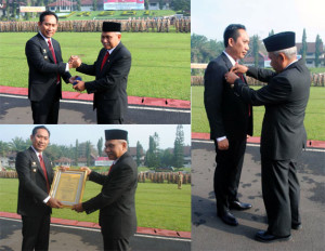 Bupati OKU Selatan Popo Ali M B Commerce menerima anugerah Lencana Alumni Kehormatan Pendidikan Tinggi Kepamong Prajaan dari Institute Pemerintah Dalam Negeri (IPDN) Jatinangor Kabupaten Sumedang Provinsi Jawa Barat, Sabtu (2/4). (Foto-Ist)
