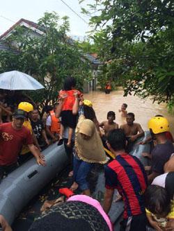 Warga Jalan Narada Kelurahan Pasar II Kecamatan Muara Enim diangkut menggunakan perahu karet