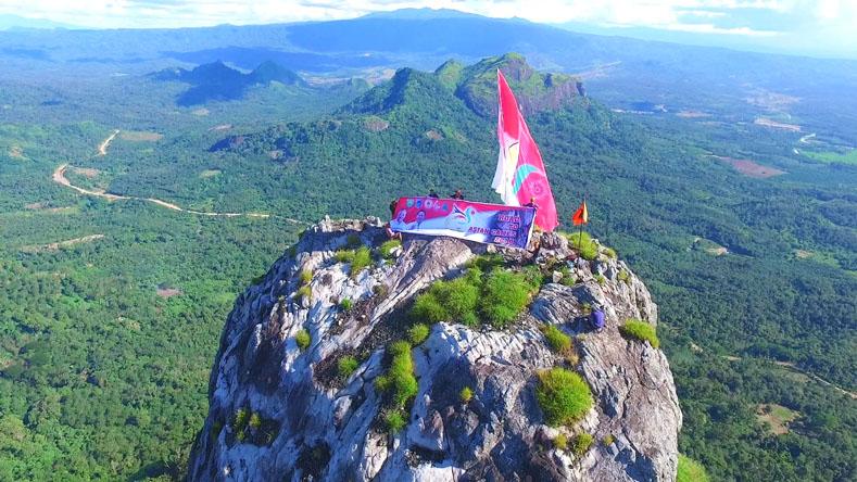 Tampak bendera Asian Games berkibar di Puncak Serelo. (Foto-Ist/Andra)
