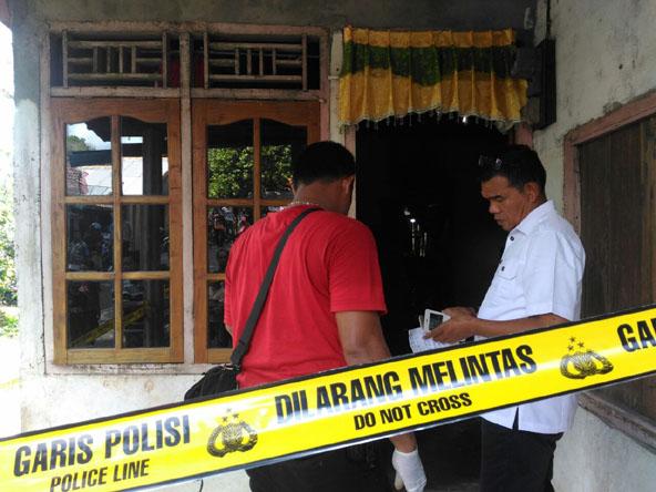 Polisi saat melakukan olah TKP di kediaman korban Giarno di Desa Gedung Agung Kecamatan Merapi Timur, Kabupaten Lahat (istimewa).