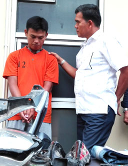 Kombes Pol Daniel TM Silitonga ketika mengintrogasi tersangka Adrian alias Rian (baju tahanan). (Foto-Dedy/Koransn.com)