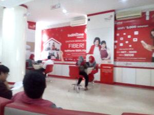 Petugas di Telkom Plaza Rivai sedang melayani pelanggan, Senin (10/10/2016). (foto-soimah/koransn.com)