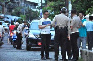 Petugas kepolisian Polresta palembang berjaga jaga di sekitar kediaman ayahanda Kapolri. (foto-ferdinand/koransn.com)