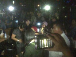 SITUASI - Situasi sejumlah pengunjung diskotik saat di  penggeledahan oleh petugas yang menggelar razia, Sabtu malam (22/10/2016). (foto-deni/koransn.com)