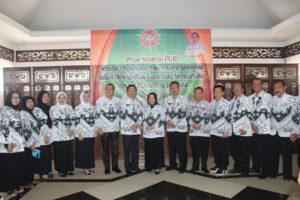 Syahril Hanafiah berfoto bersama dalam kegiatan Konferensi Daerah PGRI Empat Lawang. (foto/Fahlevi)