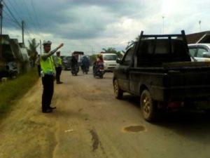 Petugas Polantas sedang mengatur lalu lintas kendaraan. (foto/Siryanto)